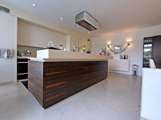 Bodenoberfläche: moderne Küche von IBOD Wand & Boden