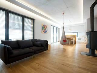 Kasztanowa - niezwykły dom dla niezwykłych ludzi Minimalistyczny salon od ABU Wnętrza Minimalistyczny