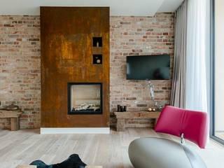 """Kamingestaltung """"Rost"""": industriale Wohnzimmer von blonddesign"""