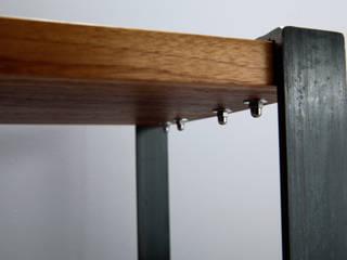 Hocker, Nachttisch, Beistelltisch aus Naturvollholz Walnuss und rohem Stahl:   von Rough And Ready