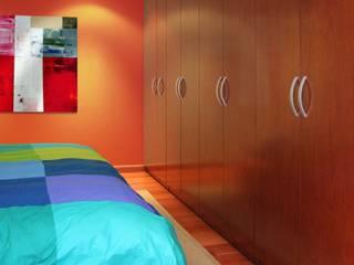 Vestidores y Closets: Vestidores y closets de estilo clásico por Interioriza