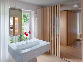 Villa L:  Badezimmer von IDA InteriorDesign Allmendinger