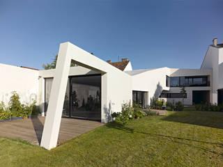 Weißer Monolith: moderne Häuser von LOSTINARCHITECTURE