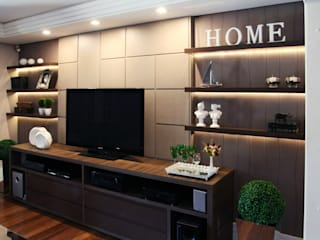 Suelen Kuss Arquitetura e Interiores Living roomTV stands & cabinets Brown