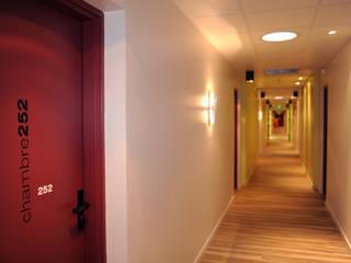 Corredores, halls e escadas modernos por Ad Hoc Concept architecture Moderno