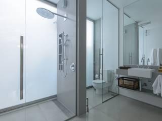Modern Bathroom by Estúdio SB Arquitetura Modern