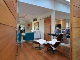 Hall: Salas de estar modernas por ARQ Ana Lore Burliga Miranda