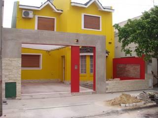 Reforma de fachada en vivienda:  de estilo  por Somos Arquitectura
