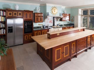 Brazilian Mahogany and Satinwood Kitchen in The Close, Salisbury by Tim Wood de Tim Wood Limited Clásico Madera Acabado en madera