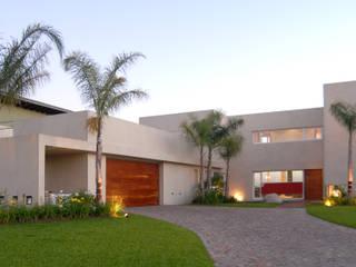 Entrada de autos: Casas de estilo  por Ramirez Arquitectura