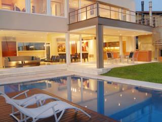 Reflejo de luces en la piscina: Casas de estilo  por Ramirez Arquitectura