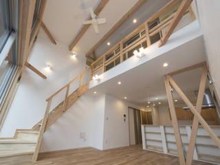 足立区の家: 岡本建築設計室が手掛けたリビングです。