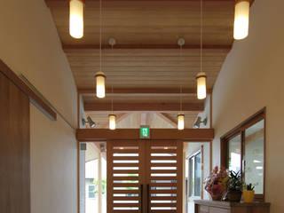 リハビリデイ木の葉 モダンスタイルの 玄関&廊下&階段 の 岡本建築設計室 モダン