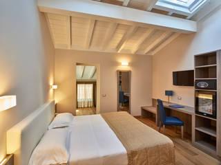 Camera matrimoniale: Camera da letto in stile in stile Moderno di Franco Monti Fotografo