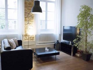 BLANC & NOIR [ rénovation d'un appartement typiquement lyonnais Salon moderne par Skéa Designer Moderne