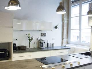 BLANC & NOIR [ rénovation d'un appartement typiquement lyonnais Cuisine moderne par Skéa Designer Moderne