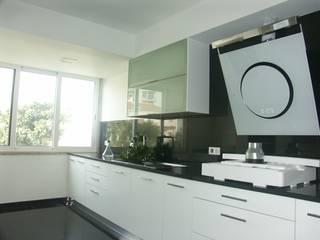 Apartamento T2, em São João do Estoril - Remodelação Integral Cozinhas modernas por LUGAR VIVO, ARQUITECTURA, LDA Moderno