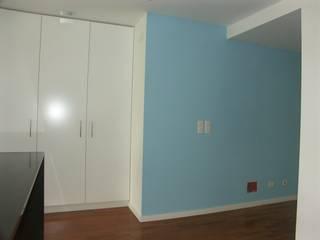 Apartamento T2, em São João do Estoril - Remodelação Integral Corredores, halls e escadas modernos por LUGAR VIVO, ARQUITECTURA, LDA Moderno