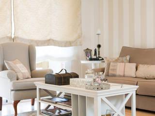 Un piso barcelonés en estilo clásico renovado: Salones de estilo  de Margarida Muñoz