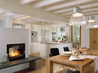 Столовая комната в стиле модерн от Bau-Fritz GmbH & Co. KG Модерн