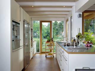 Кухня в стиле модерн от Bau-Fritz GmbH & Co. KG Модерн