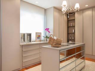 Vestidores y placares de estilo moderno de Arquitetura 8 - Ana Spagnuolo & Marcos Ribeiro Moderno