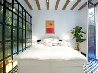 Apartment in Carrer General Alvarez de Castro Dormitorios de estilo ecléctico de Nobohome Ecléctico