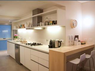 Cucina moderna di Paula Herrero | Arquitectura Moderno