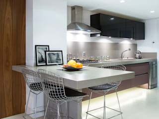 Nhà bếp theo Ricardo Cavichioni Arquitetura,