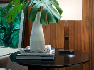 Phòng khách theo Ricardo Cavichioni Arquitetura,