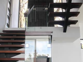 Escalera Pasillos, vestíbulos y escaleras minimalistas de aaestudio Minimalista Hierro/Acero