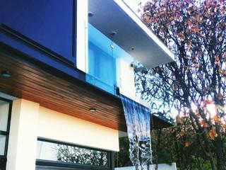Cascada desde balcón Balcones y terrazas modernos de aaestudio Moderno