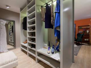 Closet: Closets  por ÀS DUAS POR TRÊS,Moderno