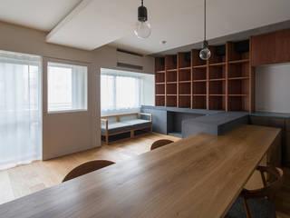 Salas de jantar modernas por ウメダタケヒロ建築設計事務所 Moderno