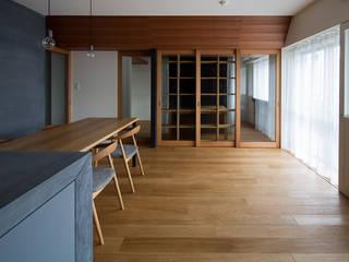 Salas de estar modernas por ウメダタケヒロ建築設計事務所 Moderno
