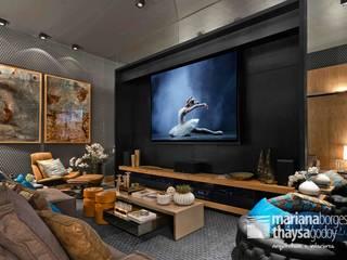 Salas multimedia modernas de Mariana Borges e Thaysa Godoy Moderno
