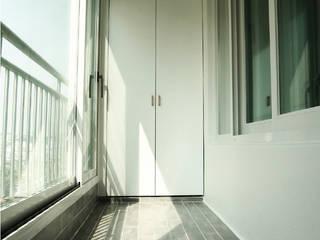 Balcone, Veranda & Terrazza in stile moderno di 미루디자인 Moderno