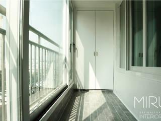 미루디자인 Balcones y terrazas de estilo moderno