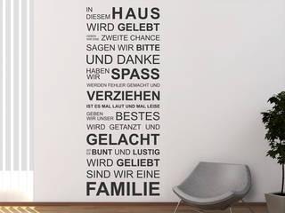 Wandtattoo in diesem Haus: modern  von Designscape Creative GmbH,Modern
