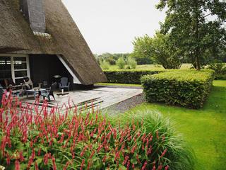 Royaal houten terras:  Tuin door Boekel Tuinen