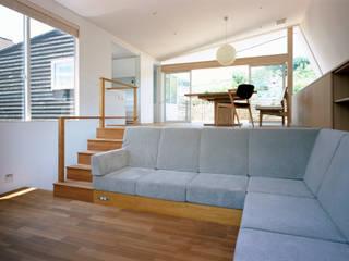 现代客厅設計點子、靈感 & 圖片 根據 向山建築設計事務所 現代風 布織品 Amber/Gold
