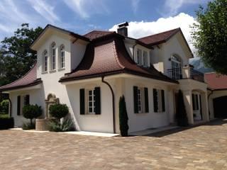 Zufahrtsbereich: klassische Häuser von Baumeister Andreas Hofer - Architektur