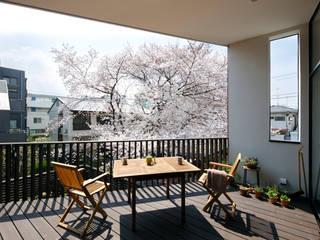 Modern balcony, veranda & terrace by 向山建築設計事務所 Modern