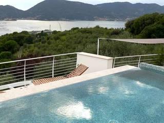Una villa con piscina sul tetto - Tra le Cinque Terre e la Versilia Piscina in stile mediterraneo di Maurizio Grassi Architetto Mediterraneo