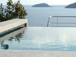 Una villa con piscina sul tetto - Tra le Cinque Terre e la Versilia Piscina moderna di Maurizio Grassi Architetto Moderno