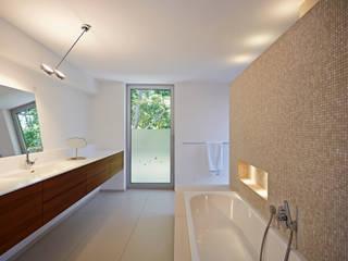 Ванная комната в стиле модерн от Marcus Hofbauer Architekt Модерн