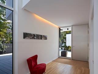 Couloir, entrée, escaliers modernes par Marcus Hofbauer Architekt Moderne