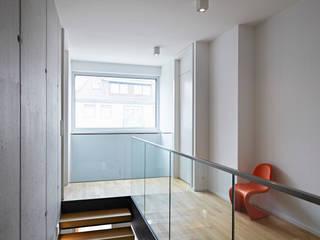 Flur im Obergeschoss:  Flur & Diele von Marcus Hofbauer Architekt