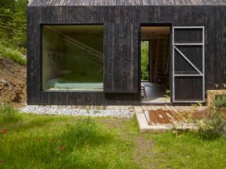 Casas modernas por Backraum Architektur Moderno Madeira Acabamento em madeira