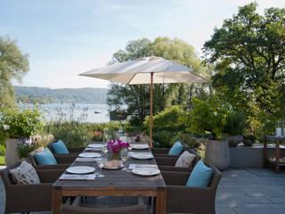 Haus am See:  Terrasse von GABRIELA RAIBLE® INNENARCHITEKTUR